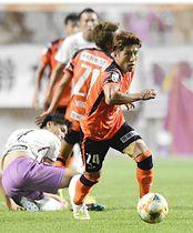AC長野―藤枝 後半ロスタイム、相手からボールを奪い、速攻を仕掛けるAC長野・新井