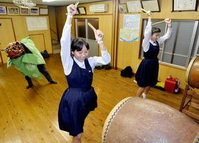 獅子太鼓の披露に向け練習する子どもたち(高知市五台山)