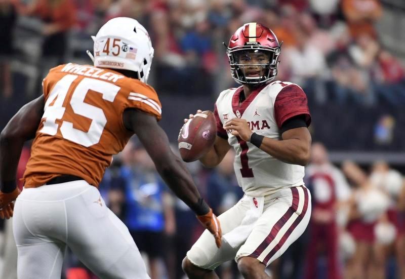 テキサス大との試合でパスターゲットを探すオクラホマ大のQBマレー(1)(AP=共同)