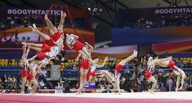世界体操男子種目別決勝、フィニッシュする白井健三の床運動の連続合成写真(右から左へ)=2日、ドーハ(共同)