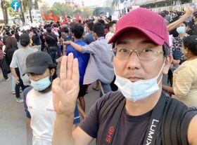 クーデターへの反対を示し3本指を立てる北角裕樹さん(北角さんのフェイスブックから、共同)