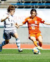 【愛媛FCL―ちふれAS埼玉】前半、ボールをキープする愛媛FCL・山口(右)=ニンスタ
