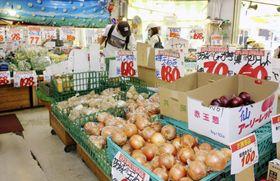 店に並ぶタマネギなどの野菜=4日午後、東京都墨田区の「スーパーイズミ」