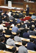国公立大2次試験の開始を待つ受験生=25日午前、東京・本郷の東京大学