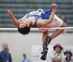 男子走り高跳び(下肢障害) 1メートル86をクリアする成田緑夢=岐阜長良川競技場で