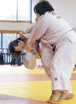 女子決勝で果敢な攻めを見せる橋高(左)=県立武道館