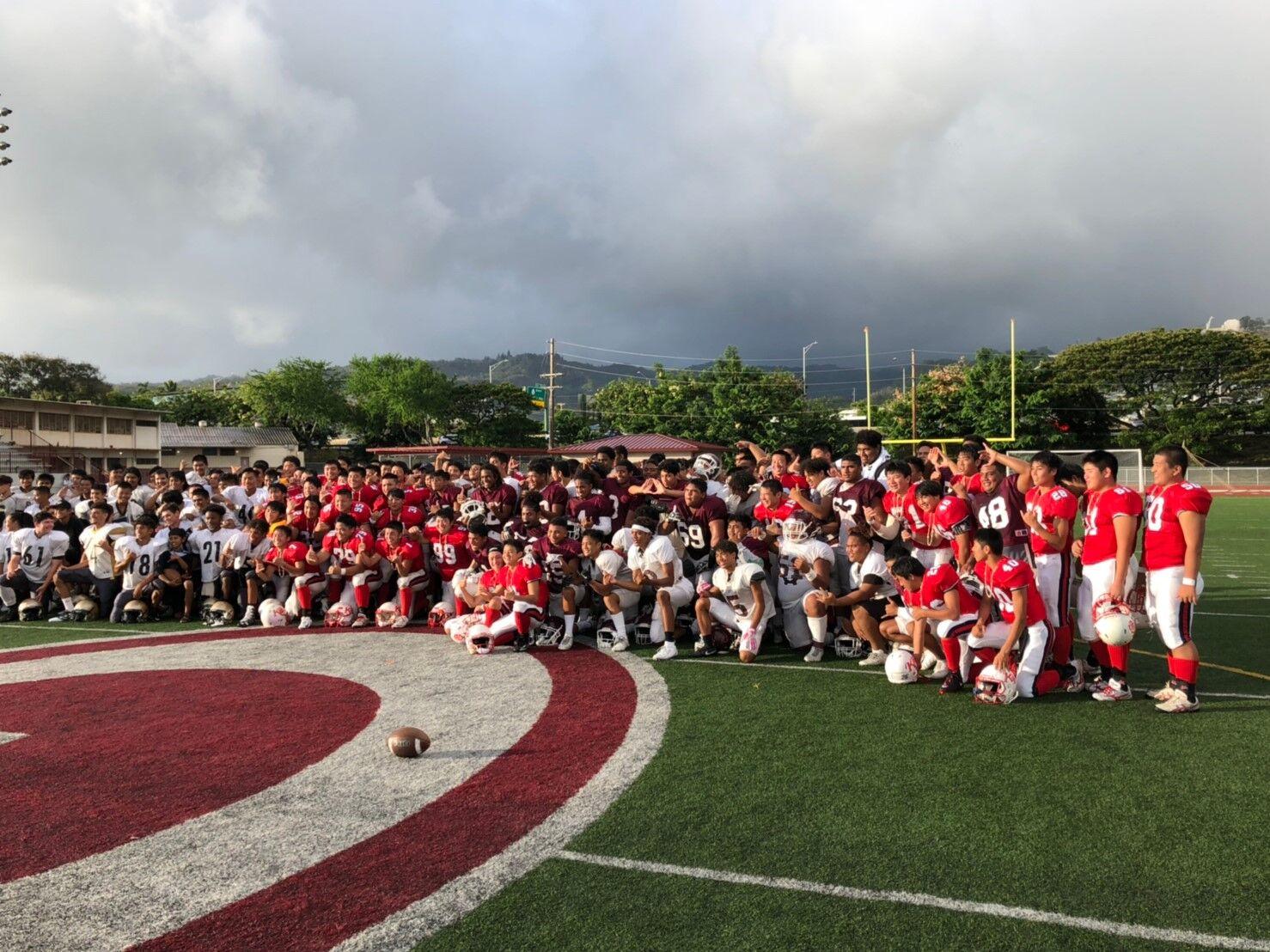 現地の高校生と交流する佼成学園の選手、スタッフ=佼成学園高校アメリカンフットボール部提供