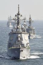 海上自衛隊の観艦式で、隊列を組んで航行する艦艇=2015年
