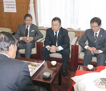 BCリーグ 信濃 毎春キャンプの南箕輪で優勝報告 三沢会長ら役場訪問