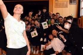>リトアニア選手団との交流を楽しんだ平塚市立土沢中の生徒ら=11月2日、同市土屋 </p>
