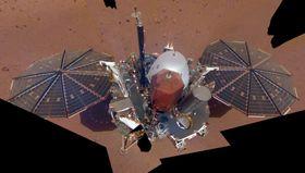 火星表面の探査機インサイト(NASA提供・共同)