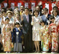 「桜を見る会」で招待客と記念写真に納まる安倍首相と昭恵夫人=2019年4月