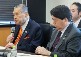 調整会議であいさつする2020年東京五輪・パラリンピック組織委の森喜朗会長(左)=24日午前、東京・永田町