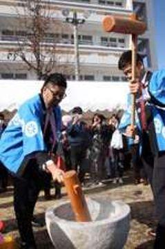 威勢良く餅をつく中崎投手(左)と飯田投手