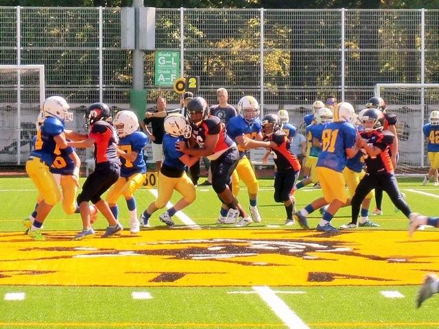 開幕戦は白いヘルメットの世田谷ハリケーンズがノジマ相模原ライズジュニアに競り勝った=写真提供・関東小学生アメリカンフットボール連盟