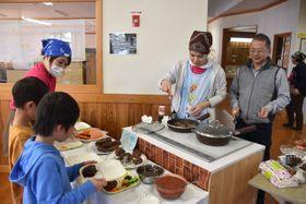 寄贈されたIHクッキングヒーターでハンバーグを提供した「さいと子ども食堂」