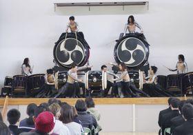 久住高原農業高校で、提供した校歌を初披露する和太鼓演奏グループ「DRUM TAO」=25日、大分県竹田市