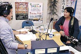 輪島さんの在りし日を紹介する北脇さん(右)=ラジオななお