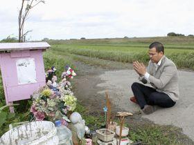 レェ・ティ・ニャット・リンさんの遺体が遺棄された現場を訪れ、手を合わせる父親のレェ・アイン・ハオさん=23日、千葉県我孫子市