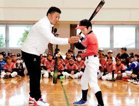 打撃のポイントを指導する岩村明憲監督(左)=20日、松前町筒井