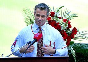 本拠地エンゼルスタジアムで就任会見に臨んだエンゼルスのブラッド・オースマス新監督=22日、アナハイム(ゲッティ=共同)