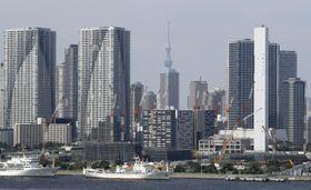 東京・晴海ふ頭周辺の高層マンション=2018年