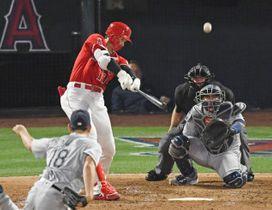 マリナーズ戦の4回、菊池雄星(18)から本塁打を放つエンゼルス・大谷翔平=8日、アナハイム(報道部・菊池範正撮影)