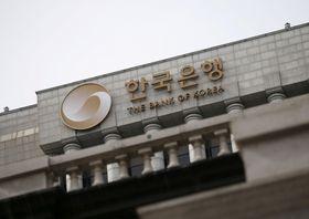 ソウルにある韓国銀行(中央銀行)=2016年3月(ロイター=共同)