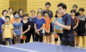 「T.T彩たま」の選手らによる行われた卓球教室では、プロ選手らから打ち方や技術の指導を受けた=24日、さいたま市桜区のサイデン化学アリーナ