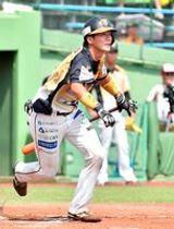 2回、栃木GBの秋庭が右翼線に適時二塁打を放つ=清原球場