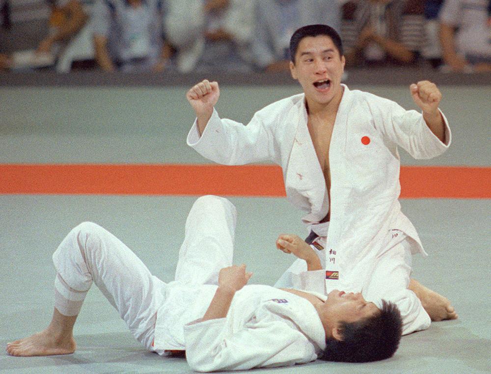 1984年ロサンゼルス五輪柔道男子60㌔級で優勝を決め、ガッツポーズする細川伸二(共同)