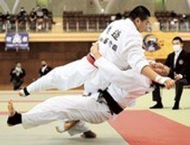 柔道男子団体決勝 大外刈りで技ありを奪う加藤学園の渡辺(上)=サーラグリーンアリーナ