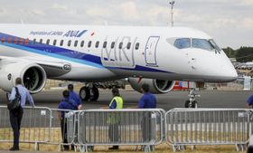 16日、ロンドン近郊ファンボローで航空見本市に登場したMRJ(ロイター=共同)