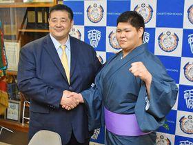 佐渡ケ嶽親方(左)と握手する進洸希さん=瑞浪市土岐町、中京学院大中京高校