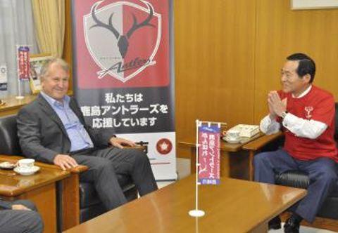 鹿嶋市役所を表敬訪問した鹿島アントラーズのジーコ氏(左)。右は錦織孝一市長=同市平井