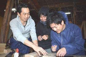 共有スペースの内装工事を地元住民らと進める渋谷太郎さん(左)=焼津市栄町のホームベースYAIZU