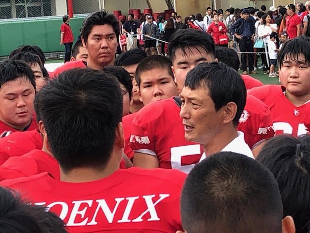 試合後のハドルで学生に話しかける日大の橋詰功監督=日大下高井戸グラウンド