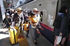 2018年4月、ゴールデンウイークが始まり、家族連れらで混雑するJR東京駅の新幹線ホーム