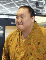 モンゴルへ一時帰国する横綱白鵬=28日、成田空港