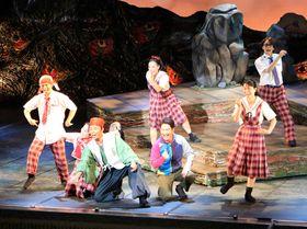 詩織(奥中央)たちが明るく歌うミュージカル「茶の夢」のステージ