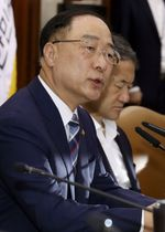 17日、ソウルで開かれた会議で発言する韓国の洪楠基・経済副首相兼企画財政相(聯合=共同)