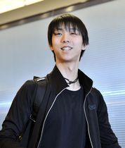 羽田空港に到着し、笑顔を見せるフィギュアスケート男子の羽生結弦=18日夜