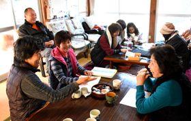 小倉邸でお茶を飲みながら話したり、小物作りに精を出したりする「がんばっど!山王原」の会員ら