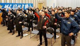 ガンバローコールで士気を高める岡山県選手団=岡山県立図書館