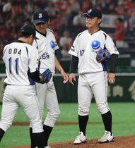 【JFE西日本―東芝】三回、東芝1死一、二塁、2番手の尾田(左)にマウンドを譲る先発の河野(右)。中央は山下監督