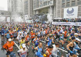 約3万8000人が参加した昨年の東京マラソンで、一斉にスタートする出場者