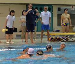 宇東高水球部に指導するハンガリー男子代表のメルツ・タマーシュHC(中央左)=県立温水プール館