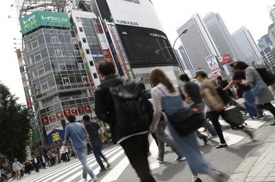 JR新宿駅周辺の雑踏。「あなたはひきこもりにどんなイメージを持っていますか?」。川初真吾は道行く人に声をかけた(敬称略)