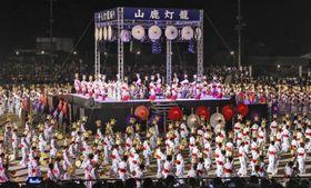 灯籠を頭に乗せた女性たちが舞う「千人灯籠踊り」=16日夜、熊本県山鹿市