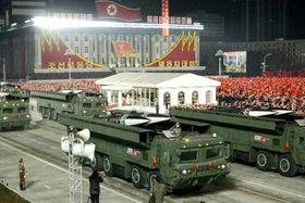 14日、平壌の金日成広場で行われた軍事パレードで公開された、固体燃料型の新型短距離弾道ミサイル。15日付の労働新聞が掲載した(コリアメディア提供・共同)